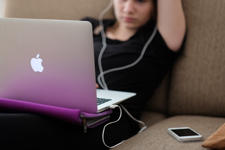 Teens who use electronic devices drink more soda and caffeine drinks
