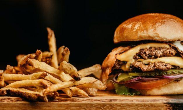 La comida rápida y las bebidas azucaradas debilitan nuestras defensas contra el COVID-19 y la diabetes