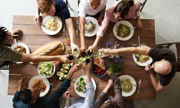 Comer más tarde en el día podría dañar la salud