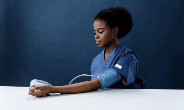 Controlar la presión arterial en ambos brazos es importante